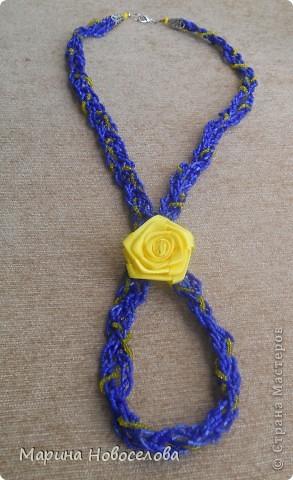 """Давно зрела во мне идея сделать бусы с цветком, и наконец она получила воплощение. Назвала эти бусы """"Универсал"""", т.к. цветок пришит к основе с булавкой. Получается, что можно носить их в различных вариантах - цветок сбоку, цветок соединяет обе стороны (как галстук), цветок снизу посередине (да хоть как двигай!). А можно снять цветок с бус и носить как брошь. фото 9"""