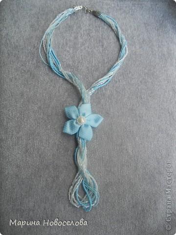 """Давно зрела во мне идея сделать бусы с цветком, и наконец она получила воплощение. Назвала эти бусы """"Универсал"""", т.к. цветок пришит к основе с булавкой. Получается, что можно носить их в различных вариантах - цветок сбоку, цветок соединяет обе стороны (как галстук), цветок снизу посередине (да хоть как двигай!). А можно снять цветок с бус и носить как брошь. фото 13"""