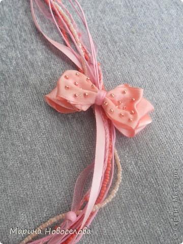 """Давно зрела во мне идея сделать бусы с цветком, и наконец она получила воплощение. Назвала эти бусы """"Универсал"""", т.к. цветок пришит к основе с булавкой. Получается, что можно носить их в различных вариантах - цветок сбоку, цветок соединяет обе стороны (как галстук), цветок снизу посередине (да хоть как двигай!). А можно снять цветок с бус и носить как брошь. фото 16"""