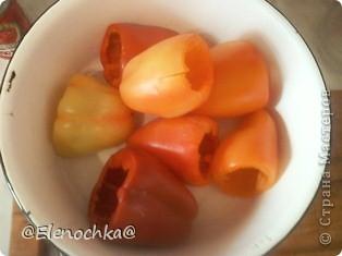 Понадобится: 1 кг. перца 2 моркови  1 большая луковица 200 гр. риса 400 гр. мясного фарша 200 гр. сметаны 140 гр. томатной пасты растительное масло для обжаривания соль,сахар, черный молотый перец по вкусу  фото 2
