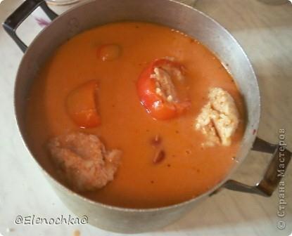 Понадобится: 1 кг. перца 2 моркови  1 большая луковица 200 гр. риса 400 гр. мясного фарша 200 гр. сметаны 140 гр. томатной пасты растительное масло для обжаривания соль,сахар, черный молотый перец по вкусу  фото 1