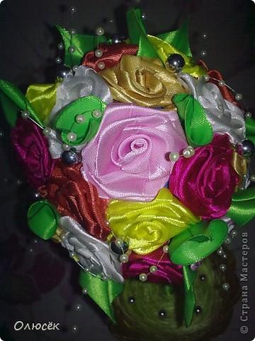 Здравствуй, моя любимая Страна! Здравствуйте, дорогие мастера и мастерицы! Хочу поделиться с вами своим новым достижением - я впервые сделала топиарий!!! Конечно же для любимой мамули в подарок ко дню рождения :)  Пересмотрела в интернете много разных МК по кручению-изготовлению розочек из атласных лент, и выделила для следующий: http://www.youtube.com/watch?v=KwxoubUkxb0 (спасибо за него автору большое-пребольшое!) Розочки, как и в МК по ссылке проклеивала клеем (о нем, кстати, и пойдет речь ниже, аж в самом конце), получается быстро и удобно. Даже ни одной розочки не пробовала прошить нитками... А вот по какому МК делала листики никак не могу найти:(  Основа топиария у меня - шарик для сухого детского бассейна, ствол - деревянная палочка от флажка, горшок - обычный пластиковый для комнатных цветов, только он был просто белый, а я его позолотила. В самом горшочке (девево ,есесина, растет в гипсе) зелень - это пряжа Травка, но ворс у нее длинный и поэтому вся моя трава так лежит, отдыхает. Бусинки, бабочка и кружева - до кучи, чтоб было не так скучно :)))  фото 8