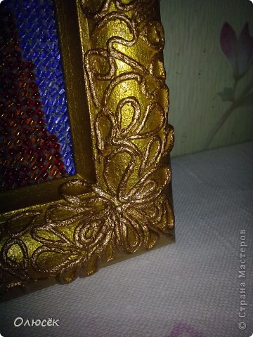 Впервые вышивала бисером. Икону хочу подарить мамуле на день варенья. Рамочка была простая деревянная. Сначала ее я просто покрасила золотой акриловой краской, но показалось, что чего-то не хватает... И тогда было решено попробовать себя в технике пейп-арт (большое спасибо Татьяне Сорокиной!!!) http://stranamasterov.ru/node/308701?c=favorite_c . Результатом очень довольна! А как Вам? фото 3