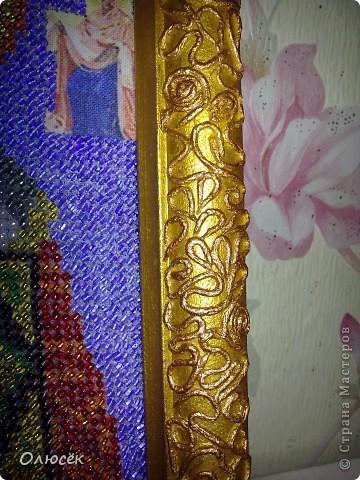 Впервые вышивала бисером. Икону хочу подарить мамуле на день варенья. Рамочка была простая деревянная. Сначала ее я просто покрасила золотой акриловой краской, но показалось, что чего-то не хватает... И тогда было решено попробовать себя в технике пейп-арт (большое спасибо Татьяне Сорокиной!!!) http://stranamasterov.ru/node/308701?c=favorite_c . Результатом очень довольна! А как Вам? фото 4