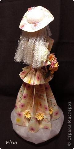 Новая куколка, наконец-то готова выйти в свет. Как и всякая уважающая себя девушка собиралась она обстоятельно, начала еще весной... Но все ей что-то не нравилось - то ленточка не такого цвета, то прическа ей не идет, то руки нечем занять...  фото 4