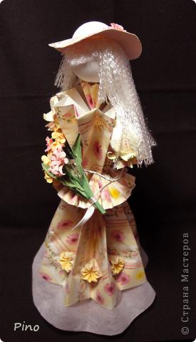 Новая куколка, наконец-то готова выйти в свет. Как и всякая уважающая себя девушка собиралась она обстоятельно, начала еще весной... Но все ей что-то не нравилось - то ленточка не такого цвета, то прическа ей не идет, то руки нечем занять...  фото 5