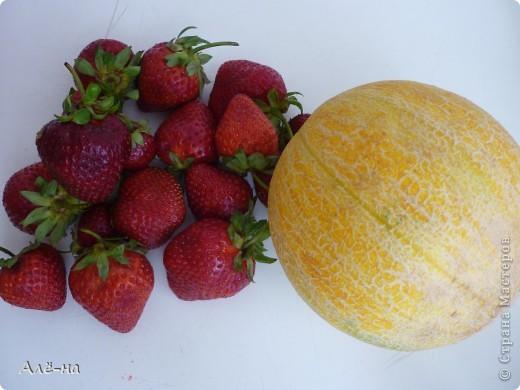 Сам рецепт для меня известен давно....но вот как вариант в виде торта я нашла в журнале Джейми Оливера. Доверяю ему как себе, поэтому была уверена что получится отлично))). Результат не разочаровал! В торте нет ничего искусственного - только ягоды. Подойдут любые фрукты или ягоды. фото 13