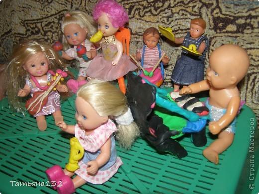 """За что я люблю игровые кукольные домики - это за то, что жизнь в них идет своим чередом, особенно когда играешь вдовоем с дочкой. Многочисленные кошки-собаки разбредаются по комнатам, малышня в детской устраивает беспорядок, игрушки кукольные нахотятся в разных, порой неожиданных местах. А еще в игровых домиках можно сколько угодно переставлять мебель без использования """"рабочей силы"""" и делать ремонт без затрат! Мы тут с Инной немножко поиграли... фото 15"""