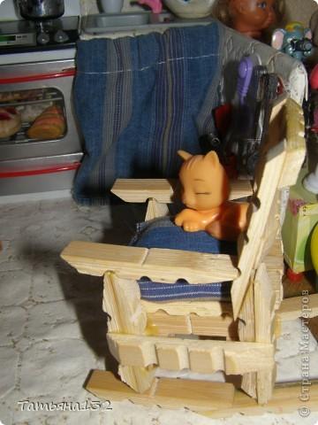 """За что я люблю игровые кукольные домики - это за то, что жизнь в них идет своим чередом, особенно когда играешь вдовоем с дочкой. Многочисленные кошки-собаки разбредаются по комнатам, малышня в детской устраивает беспорядок, игрушки кукольные нахотятся в разных, порой неожиданных местах. А еще в игровых домиках можно сколько угодно переставлять мебель без использования """"рабочей силы"""" и делать ремонт без затрат! Мы тут с Инной немножко поиграли... фото 13"""