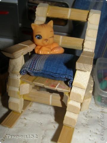 """За что я люблю игровые кукольные домики - это за то, что жизнь в них идет своим чередом, особенно когда играешь вдовоем с дочкой. Многочисленные кошки-собаки разбредаются по комнатам, малышня в детской устраивает беспорядок, игрушки кукольные нахотятся в разных, порой неожиданных местах. А еще в игровых домиках можно сколько угодно переставлять мебель без использования """"рабочей силы"""" и делать ремонт без затрат! Мы тут с Инной немножко поиграли... фото 14"""