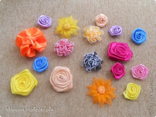 """Давно зрела во мне идея сделать бусы с цветком, и наконец она получила воплощение. Назвала эти бусы """"Универсал"""", т.к. цветок пришит к основе с булавкой. Получается, что можно носить их в различных вариантах - цветок сбоку, цветок соединяет обе стороны (как галстук), цветок снизу посередине (да хоть как двигай!). А можно снять цветок с бус и носить как брошь. фото 23"""