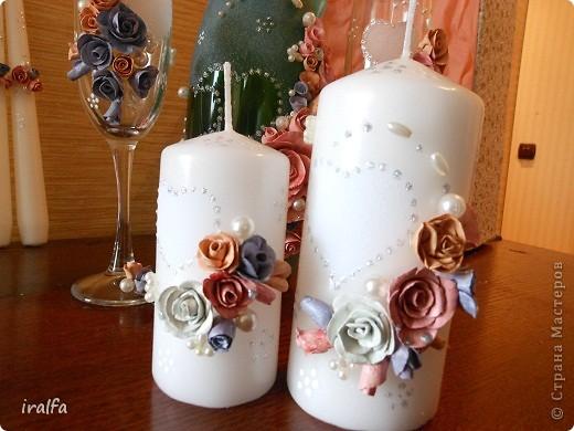 Неделя ушла не торопясь. Сначала налепила из массы для лепки цветы разного размера и 3 цветов, красила гуашью (лепила пару вечеров), после сушки, покрыла цветы сразу автолаком (ещё день). Потом красила бутылку и сердецки на бокалах и свечах акриловой краской (ещё день)... ну и осталось просто налепить... начала с бокалов, потом свечи (чтобы всё симитрично было, подбирала цветочки в размере) а потом все цветы на бутылку и конечно бусинки... (налепила за вечер, купила пистолет, который пластиком клеет- отличная штука) По деньгам: масса длялепки 180 рублей (осталось ещё половина пачки) краска 85, пара контуров тоже по 85, свечи 100, бокалы 120, шампанское 200, бусы и всё остальное было дома..  Итого 855 рублей...  Принимайте работу... свадьба в выходные, интересно что скажут молодые ..)))) фото 4