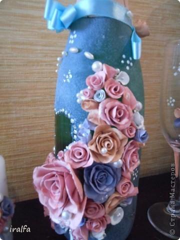 Неделя ушла не торопясь. Сначала налепила из массы для лепки цветы разного размера и 3 цветов, красила гуашью (лепила пару вечеров), после сушки, покрыла цветы сразу автолаком (ещё день). Потом красила бутылку и сердецки на бокалах и свечах акриловой краской (ещё день)... ну и осталось просто налепить... начала с бокалов, потом свечи (чтобы всё симитрично было, подбирала цветочки в размере) а потом все цветы на бутылку и конечно бусинки... (налепила за вечер, купила пистолет, который пластиком клеет- отличная штука) По деньгам: масса длялепки 180 рублей (осталось ещё половина пачки) краска 85, пара контуров тоже по 85, свечи 100, бокалы 120, шампанское 200, бусы и всё остальное было дома..  Итого 855 рублей...  Принимайте работу... свадьба в выходные, интересно что скажут молодые ..)))) фото 5