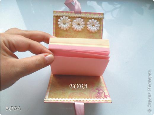"""В первый раз решили с подругой оформить бумажный блок. Очень хорошо подойдет для подарка учителям - коллегам. Подружка подхватила идею в интернете. Купила в магазине обычный разноцветный """"кубарик"""", мы достали все накопленные """"сокровища"""": красивые бумажки, кружева,ленточки, цветочки и """"сварганили"""" дамский отрывной блокнотик. На такую необходимую на каждом учительском столе канцелярскую принадлежность всегда будет приятно посмотреть. Эта вещица долго будет радовать обладательницу - как только один блок бумаги закончиться, его можно легко заменить на другой. фото 4"""
