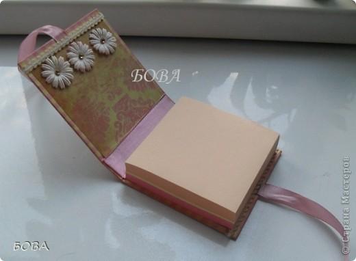 """В первый раз решили с подругой оформить бумажный блок. Очень хорошо подойдет для подарка учителям - коллегам. Подружка подхватила идею в интернете. Купила в магазине обычный разноцветный """"кубарик"""", мы достали все накопленные """"сокровища"""": красивые бумажки, кружева,ленточки, цветочки и """"сварганили"""" дамский отрывной блокнотик. На такую необходимую на каждом учительском столе канцелярскую принадлежность всегда будет приятно посмотреть. Эта вещица долго будет радовать обладательницу - как только один блок бумаги закончиться, его можно легко заменить на другой. фото 3"""