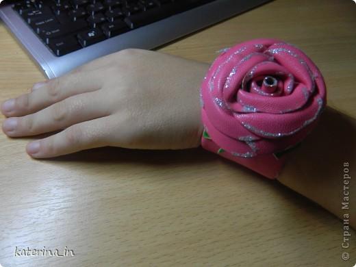 """Дочка увидела вчера на рынке браслет с розой(кожаный), ей очень понравился, а я предложила ей сделать такой же, но моими руками и она согласилась. Как раз завалялись кусочки """"кожи"""" и давно хотелось попробовать сделать из них розу. Дочке очень понравился результат, она была в восторге, осталось только кнопку приваять для фиксации на руке, но это надо идти искать где пробивают их фото 3"""