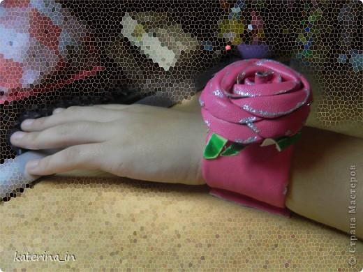"""Дочка увидела вчера на рынке браслет с розой(кожаный), ей очень понравился, а я предложила ей сделать такой же, но моими руками и она согласилась. Как раз завалялись кусочки """"кожи"""" и давно хотелось попробовать сделать из них розу. Дочке очень понравился результат, она была в восторге, осталось только кнопку приваять для фиксации на руке, но это надо идти искать где пробивают их фото 2"""