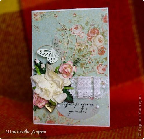 Всем добрый день, выкладываю очередную свою работу, делалась на заказ на день рождения взрослой дочери. Материалы: картон, бумага для черчения, скрап бумага, вощеный шнур, цветочки, листики, подвеска, калька, брадс, бабочка фото 2