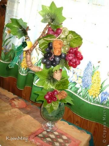 Прототипом этого деревца стала работа Лены (lencha) http://stranamasterov.ru/node/378976 - виноградный топиарий. Очень уж захотелось его сповторюшничать. Тем более, что Лена мне и листики виноградные прислала - только твори! Ну, а не тут-то было! Этот виноград не хотел клеится ни при каких обстоятельствах и никаким клеем, даже горячим термоклеем... Ох, и долго же я с ним мучилась, сама даже не ожидала. Жаловалась даже на него Лене. Но вместе с ней мы решили не сдаваться и вот я его наконец победила! Урааааааааа!!! Результат моей нелегкой победы сейчас перед вами.  фото 2