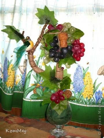 Прототипом этого деревца стала работа Лены (lencha) http://stranamasterov.ru/node/378976 - виноградный топиарий. Очень уж захотелось его сповторюшничать. Тем более, что Лена мне и листики виноградные прислала - только твори! Ну, а не тут-то было! Этот виноград не хотел клеится ни при каких обстоятельствах и никаким клеем, даже горячим термоклеем... Ох, и долго же я с ним мучилась, сама даже не ожидала. Жаловалась даже на него Лене. Но вместе с ней мы решили не сдаваться и вот я его наконец победила! Урааааааааа!!! Результат моей нелегкой победы сейчас перед вами.  фото 3