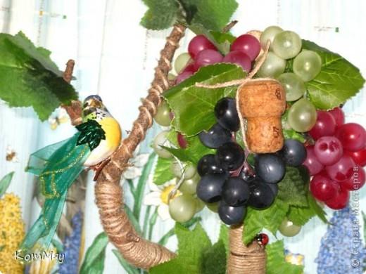 Прототипом этого деревца стала работа Лены (lencha) http://stranamasterov.ru/node/378976 - виноградный топиарий. Очень уж захотелось его сповторюшничать. Тем более, что Лена мне и листики виноградные прислала - только твори! Ну, а не тут-то было! Этот виноград не хотел клеится ни при каких обстоятельствах и никаким клеем, даже горячим термоклеем... Ох, и долго же я с ним мучилась, сама даже не ожидала. Жаловалась даже на него Лене. Но вместе с ней мы решили не сдаваться и вот я его наконец победила! Урааааааааа!!! Результат моей нелегкой победы сейчас перед вами.  фото 4