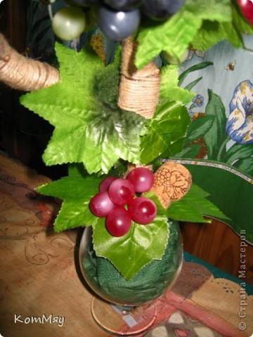Прототипом этого деревца стала работа Лены (lencha) http://stranamasterov.ru/node/378976 - виноградный топиарий. Очень уж захотелось его сповторюшничать. Тем более, что Лена мне и листики виноградные прислала - только твори! Ну, а не тут-то было! Этот виноград не хотел клеится ни при каких обстоятельствах и никаким клеем, даже горячим термоклеем... Ох, и долго же я с ним мучилась, сама даже не ожидала. Жаловалась даже на него Лене. Но вместе с ней мы решили не сдаваться и вот я его наконец победила! Урааааааааа!!! Результат моей нелегкой победы сейчас перед вами.  фото 5