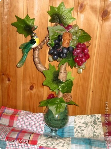 Прототипом этого деревца стала работа Лены (lencha) http://stranamasterov.ru/node/378976 - виноградный топиарий. Очень уж захотелось его сповторюшничать. Тем более, что Лена мне и листики виноградные прислала - только твори! Ну, а не тут-то было! Этот виноград не хотел клеится ни при каких обстоятельствах и никаким клеем, даже горячим термоклеем... Ох, и долго же я с ним мучилась, сама даже не ожидала. Жаловалась даже на него Лене. Но вместе с ней мы решили не сдаваться и вот я его наконец победила! Урааааааааа!!! Результат моей нелегкой победы сейчас перед вами.  фото 6
