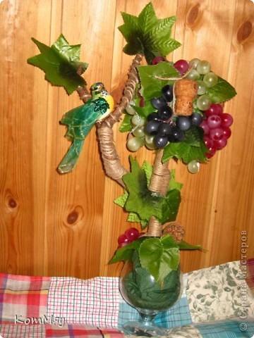 Прототипом этого деревца стала работа Лены (lencha) http://stranamasterov.ru/node/378976 - виноградный топиарий. Очень уж захотелось его сповторюшничать. Тем более, что Лена мне и листики виноградные прислала - только твори! Ну, а не тут-то было! Этот виноград не хотел клеится ни при каких обстоятельствах и никаким клеем, даже горячим термоклеем... Ох, и долго же я с ним мучилась, сама даже не ожидала. Жаловалась даже на него Лене. Но вместе с ней мы решили не сдаваться и вот я его наконец победила! Урааааааааа!!! Результат моей нелегкой победы сейчас перед вами.  фото 1