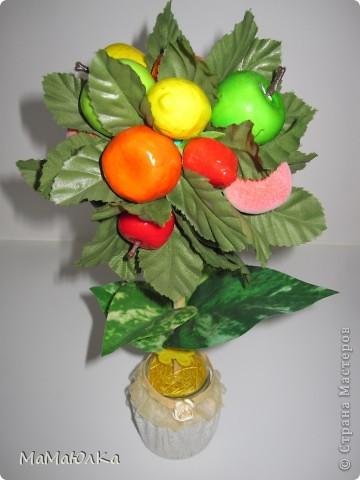 Дорогие друзья, рада приветствовать вас! Сегодня фруктовый топиарий. Сделала его в подарок маме на новоселье. Надеюсь, что он ей понравится и будет ярким акцентом на ее новой кухне.  фото 9