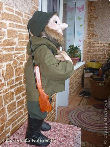 Охотник Михеич готовится к сезону охоты.Ружьишко новое прикупил. фото 1