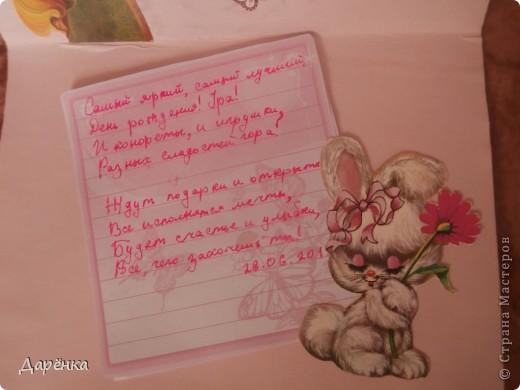 У бабушки мы были вместе с моей двоюродной сестрой Настей Сидоровской. Решили мы с ней сделать открытку для нашей подружки в СМ Танечки-2002. Но никаких специальных материалов в деревне нет, поэтому открытка получилась из того, что нашли. Фон - хозяйственная салфетка, маки  из салфетки, вырезанные картинки и надпись из старых открыток. Поздравление написано на листочках из моей записной книжки. фото 4