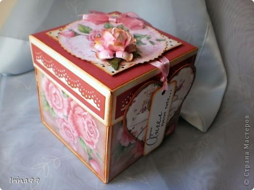 Ещё один заказик- коробочка с сюрпризом....я думаю что там будут пакетики с чаем и конфетки.Сразу прошу прощения за фотки- что-то получились не очень...но коробочку уже отдала...Наверное опять у меня получился Винтаж-розы, горошек, ленточки-бантики...А ещё сбоку повесила сердечко- склеила его давно, а вот никуда не применила...и вот вместо тега... фото 1