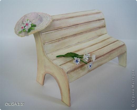 Миниатюрная скамеечка из пивного картона. Высота 8 см., длинна 12 см. фото 1