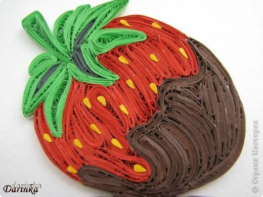 """Приветствую всех,кто не прошёл мимо. Сегодня я к вам с угощением-клубничкой....да не простой,а в шоколаде. С этой красотой хочу поучаствовать в квиллинг задании от Хомячка-""""Десерт"""" http://homyachok-scrap-challenge.blogspot.com/2012/07/8_30.html фото 2"""