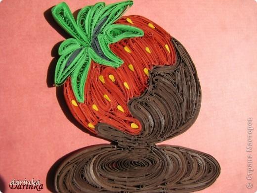 """Приветствую всех,кто не прошёл мимо. Сегодня я к вам с угощением-клубничкой....да не простой,а в шоколаде. С этой красотой хочу поучаствовать в квиллинг задании от Хомячка-""""Десерт"""" http://homyachok-scrap-challenge.blogspot.com/2012/07/8_30.html фото 3"""