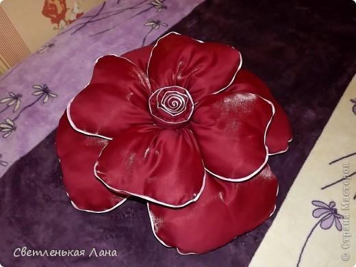 Доброго времени суток, дорогие гости моей странички! Рада  вас приветствовать!!! Я хочу представить вашему вниманию еще одну декоративную подушечку в виде розы. Та, которая у меня первая была пошита, ее уже нет у меня. Мама забрала на подарок своей подруге. Её можно посмотреть по этой ссылочке: http://stranamasterov.ru/node/380465 фото 2