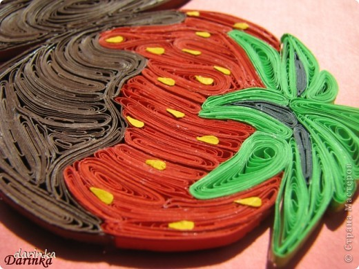 """Приветствую всех,кто не прошёл мимо. Сегодня я к вам с угощением-клубничкой....да не простой,а в шоколаде. С этой красотой хочу поучаствовать в квиллинг задании от Хомячка-""""Десерт"""" http://homyachok-scrap-challenge.blogspot.com/2012/07/8_30.html фото 4"""