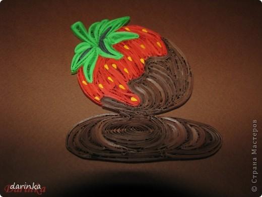 """Приветствую всех,кто не прошёл мимо. Сегодня я к вам с угощением-клубничкой....да не простой,а в шоколаде. С этой красотой хочу поучаствовать в квиллинг задании от Хомячка-""""Десерт"""" http://homyachok-scrap-challenge.blogspot.com/2012/07/8_30.html фото 5"""