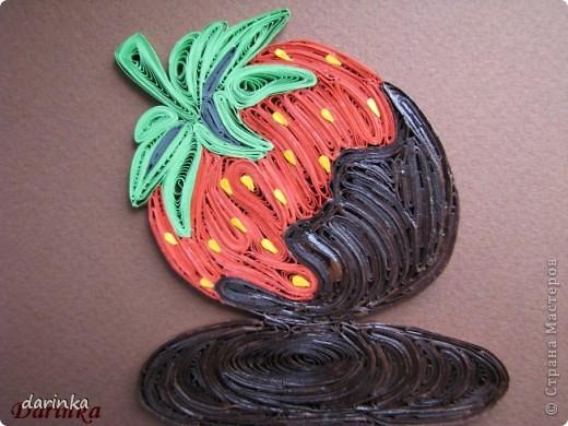 """Приветствую всех,кто не прошёл мимо. Сегодня я к вам с угощением-клубничкой....да не простой,а в шоколаде. С этой красотой хочу поучаствовать в квиллинг задании от Хомячка-""""Десерт"""" http://homyachok-scrap-challenge.blogspot.com/2012/07/8_30.html фото 6"""