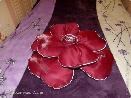 Доброго времени суток, дорогие гости моей странички! Рада  вас приветствовать!!! Я хочу представить вашему вниманию еще одну декоративную подушечку в виде розы. Та, которая у меня первая была пошита, ее уже нет у меня. Мама забрала на подарок своей подруге. Её можно посмотреть по этой ссылочке: http://stranamasterov.ru/node/380465 фото 3