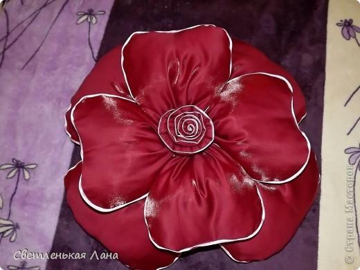 Доброго времени суток, дорогие гости моей странички! Рада  вас приветствовать!!! Я хочу представить вашему вниманию еще одну декоративную подушечку в виде розы. Та, которая у меня первая была пошита, ее уже нет у меня. Мама забрала на подарок своей подруге. Её можно посмотреть по этой ссылочке: http://stranamasterov.ru/node/380465 фото 1