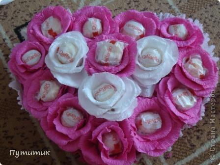 Вот такое сердечко сделали мы совместно с мастерицей MariaSzabo. Первые шаги в свит-дизайне...конфетки выглядывают из цветов сильно, потому что была просьба сделать так, чтобы при съедании конфет - цветочки остались! фото 2