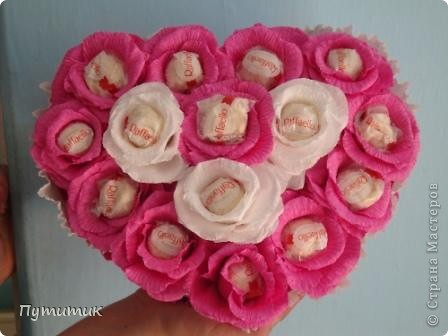 Вот такое сердечко сделали мы совместно с мастерицей MariaSzabo. Первые шаги в свит-дизайне...конфетки выглядывают из цветов сильно, потому что была просьба сделать так, чтобы при съедании конфет - цветочки остались! фото 1