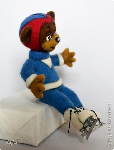 """Вот и следующий персонаж готов)))Это медвежонок на коньках. Он все из той же 8-ой серии """"Ну, погоди!"""". Помните, в самом начале у него волк отобрал коньки? Пока что этого не произошло и парень радуется)))) Рост 15 см, сухое валяние. полозья коньков из металлизированного картона. Глазки из паперклея. фото 5"""