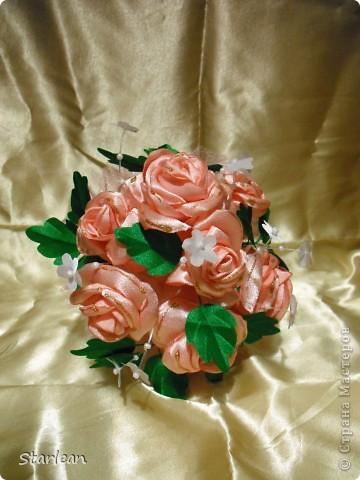 вот такой букетик -дублер я делала для сестры на свадьбу.хочу показать как я делала основу под букетик, на примере другого букета фото 19