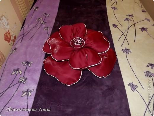 Доброго времени суток, дорогие гости моей странички! Рада  вас приветствовать!!! Я хочу представить вашему вниманию еще одну декоративную подушечку в виде розы. Та, которая у меня первая была пошита, ее уже нет у меня. Мама забрала на подарок своей подруге. Её можно посмотреть по этой ссылочке: http://stranamasterov.ru/node/380465 фото 4