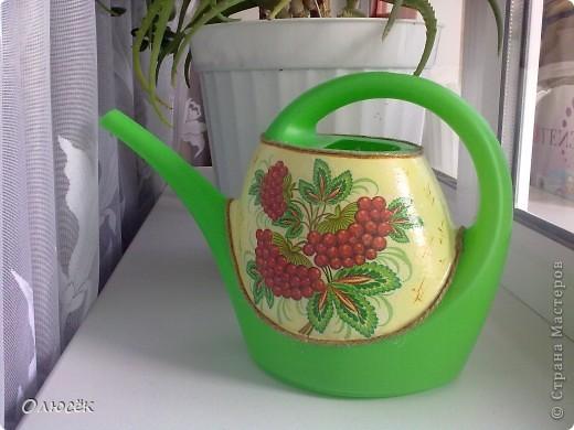 Леечка для любимой свекрови :) Цветов у нее дома много, значит подарок мой в хозяйстве пригодится! Это один бочок... фото 1