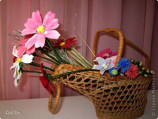 Привет всем!!!!! Вот между *розовыми* заказами слепились вот такие космеи, * цветы детства*. Никакой композиции не делала, просто сложила в корзинку, добавив разноцветья, которое было слеплено раньше. фото 2