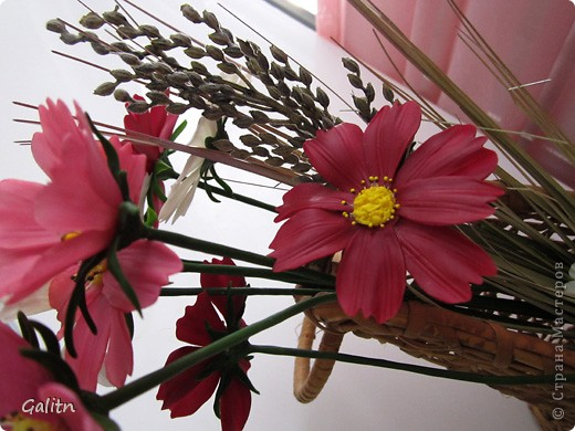 Привет всем!!!!! Вот между *розовыми* заказами слепились вот такие космеи, * цветы детства*. Никакой композиции не делала, просто сложила в корзинку, добавив разноцветья, которое было слеплено раньше. фото 4