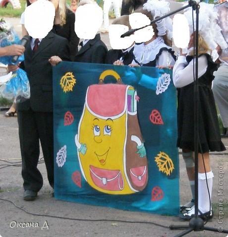 Вот такая идея пришла мне в голову для выступления на линейке 1 сентября. Первоклашки рассказали о том, как они собирали в школу портфель. Можно сделать на головы ободочки со школьными принадлежностями. Стенд полипропиленовый+ рисунок на ватмане. Очень просто! Делитесь своими идеями, заходите на мой сайт уч. нач. кл.  http://monahcklass.ucoz.ru/news/  Выступление первоклассников: Мальчик :  (с портфелем и букетом)  Расступись народ честной! Первоклассник пред тобой! У меня букет большой, Новый ранец за спиной! Девочка: ( с портфелем и букетом)  Семь  лет мне исполнилось в этом году,                                                                                     Теперь я большая, учиться иду.                                                                                                        Мне ранец купили красивый, блестящий,                                                                                              Совсем не игрушечный, а настоящий.                                                                              Его я очень берегу.                                                                                                                      В нем принадлежности храню.                                                                                                   О них сейчас вам расскажу.  1. Учитель у меня в портфеле!      Как? Быть не может! Неужели?      Взгляни, пожалуйста! Он тут.       Его учебником зовут. 2. Рисованию нужны Простые и цветные, Всяких оттенков малыши С прозвищем карандаши. 3. Карандаш в пенале мается, Но зато он не ломается, Ручка в тесноте находится, Но зато легко находится. 4.Я весь мир слепить готов - Дом, машину, двух котов. Я сегодня властелин - У меня есть  пластилин.  5. Склеите корабль, солдата, Паровоз, машину, шпагу. А поможет вам, ребята, Разноцветная бумага.  6 .Я большой, я ученик! В ранце у меня дневник.  Все: Нам лениться не годится,          Хорошо будем учиться!    2 вариант : 1. Я совсем не белор